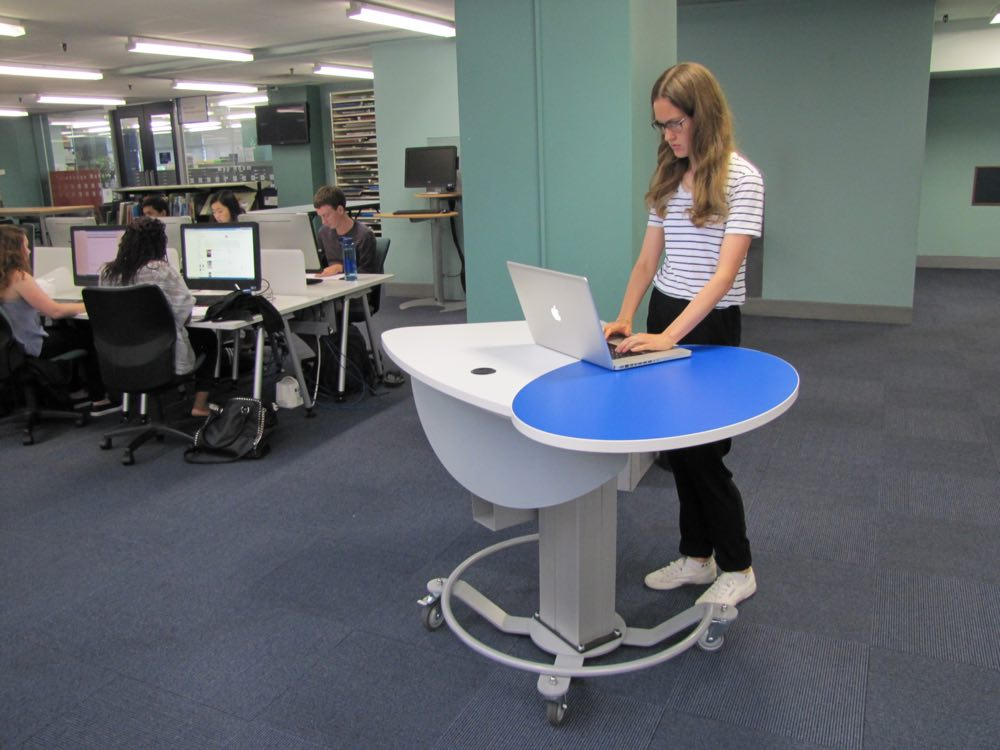 Height adjustable GLO MINI in the standing position.