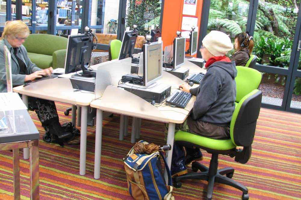 Socrates STANDARD workstatins in a pod of six with FLICK screens at Orewa Library.